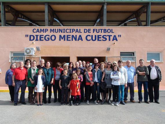 Las Falleras Mayores de Dénia, presentes en el descubrimiento de la placa en honor a Diego Mena en el campo de fútbol del CD Dénia